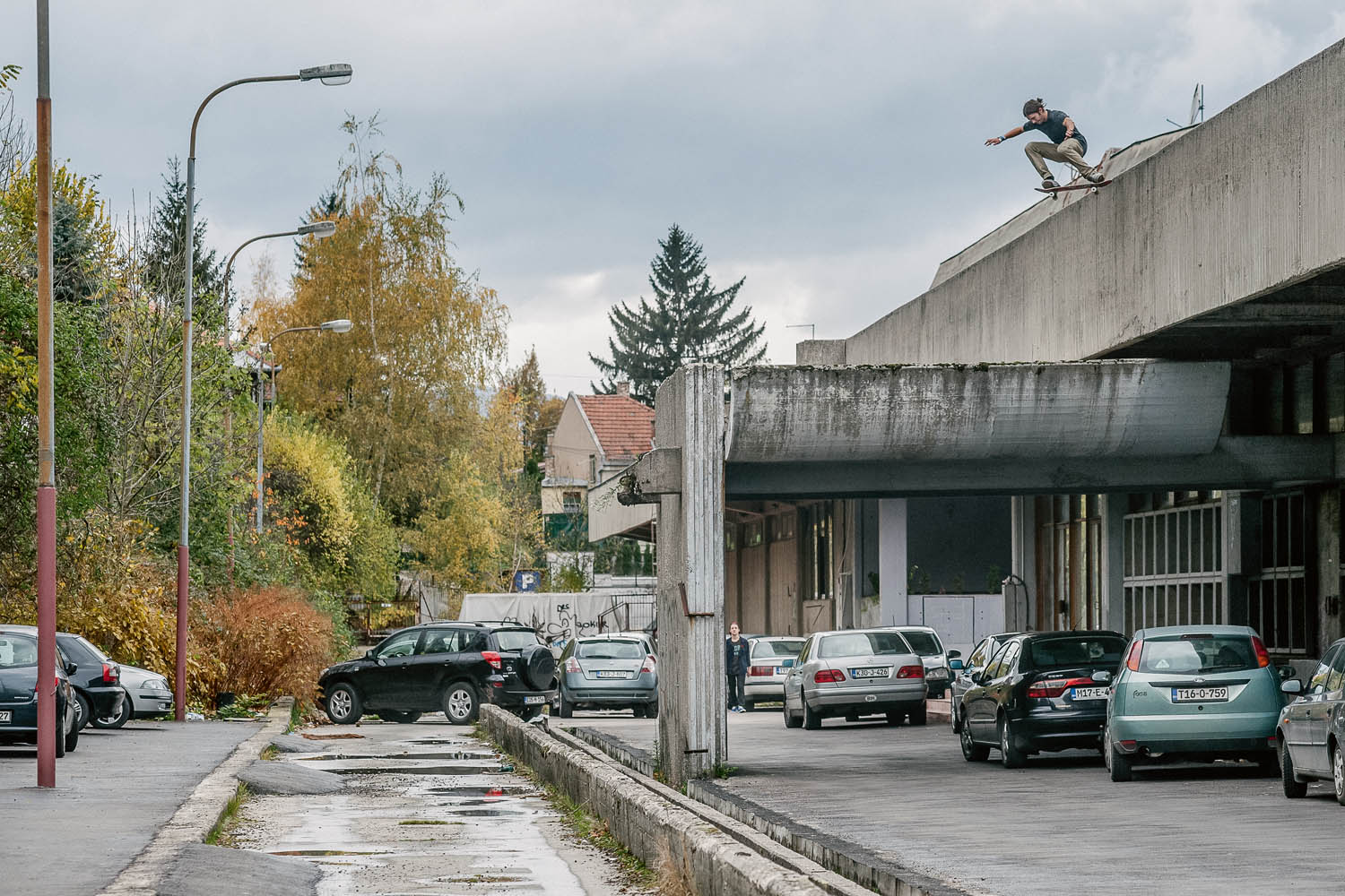 Gosha_Konyshev_roof_to_roof_drop_in_Saraevo_Bosnia