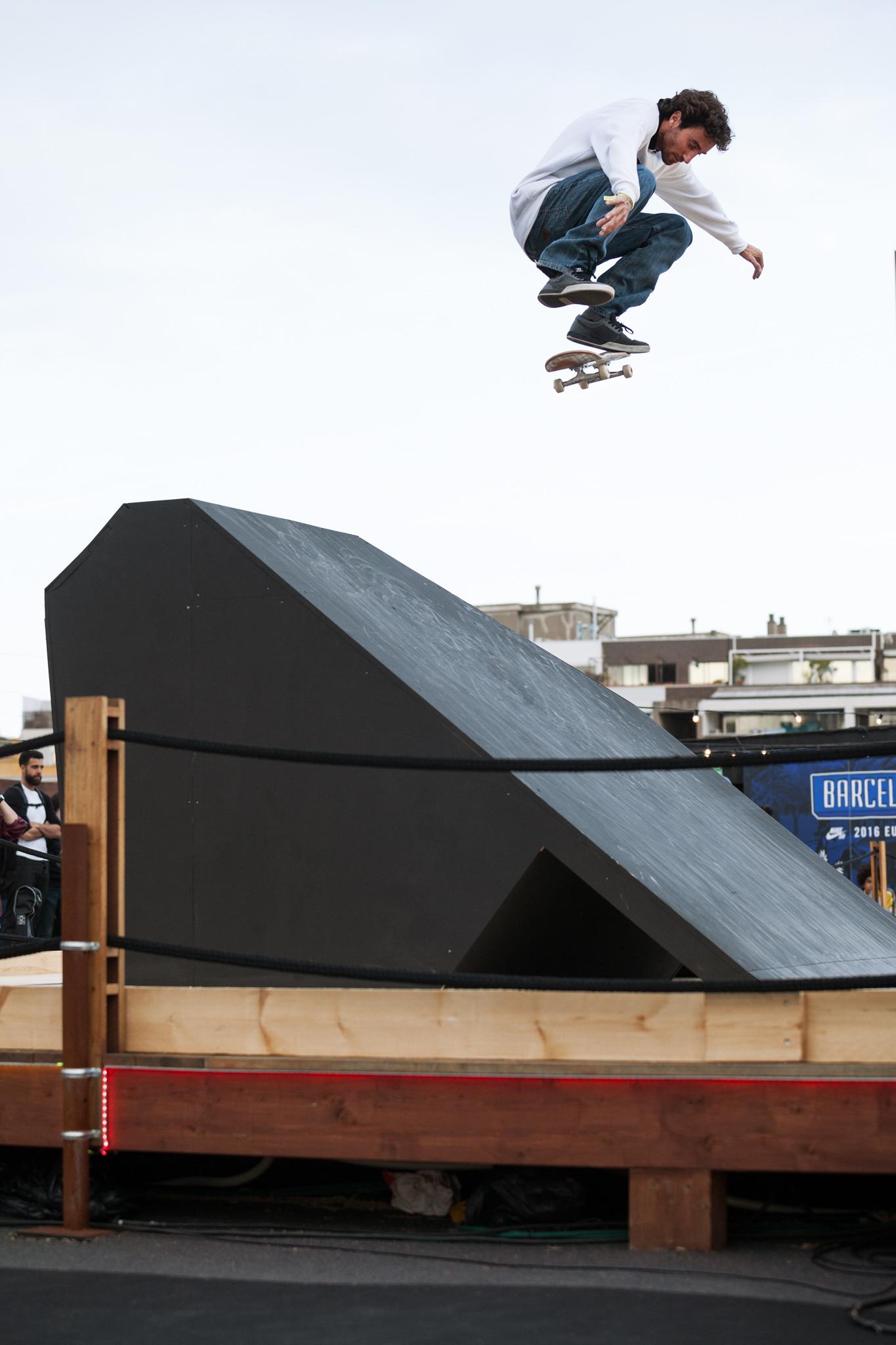 JavierSarmiento_kickflip_rooftop_marcelveldman